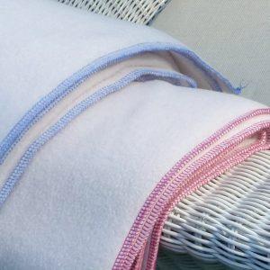 """neu"" in der Fertigung Babyfleecedecke 70 x 100 gestickter Text in Kantenfarbe: Seute Deern oder Lütten Schietbüddel 29 €"